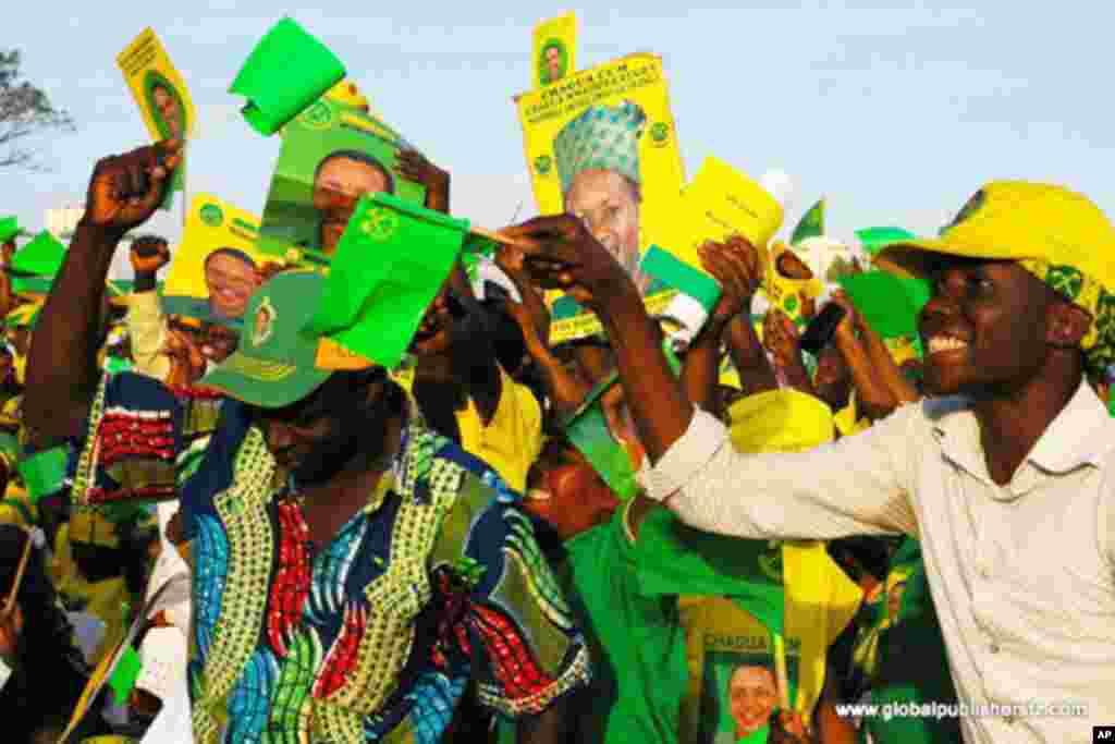 wafusi wa chama tawala cha CCM Tanzania wakimaliza kampeni za uchaguzi wa 2010