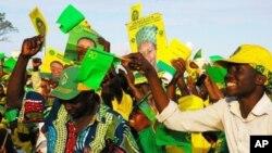 wafuasi wa chama tawala cha CCM Tanzania wakimaliza kampeni za uchaguzi wa 2010.