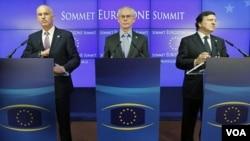 PM Yunani George Papandreou (kiri), Ketua Dewan Eropa Herman van Rompuy (tengah) dan Ketua Komisi Eropa Jose Manuel Barroso (kanan) mengadakan konferensi pers bersama setelah usainya KTT mengenai krisis di zona euro yang diadakan di Brussels (Kamis, 21/7