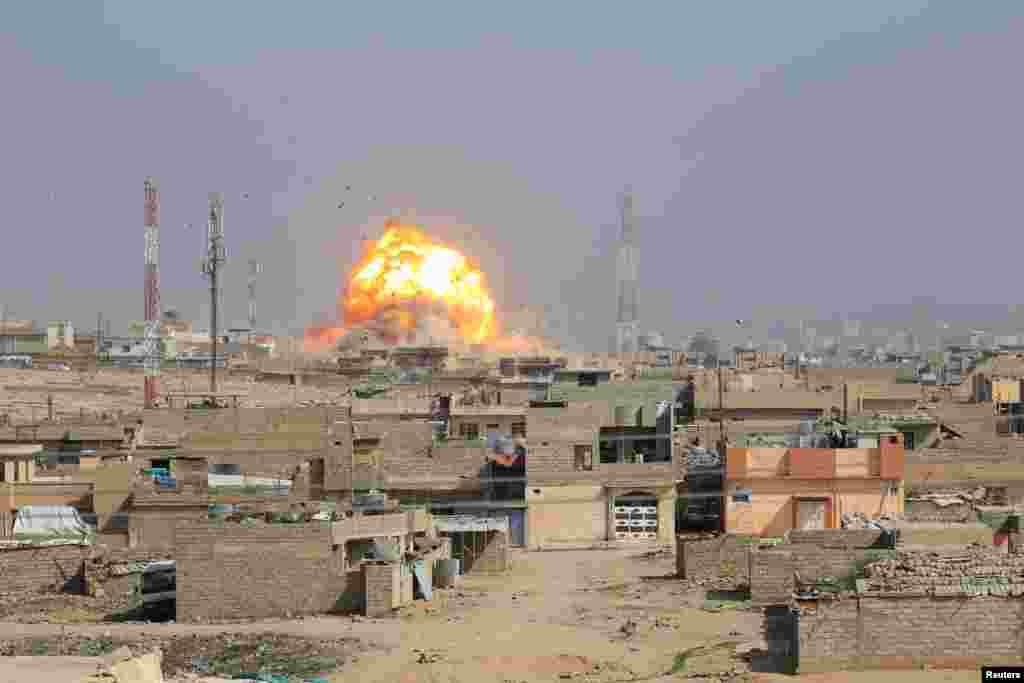حمله هوایی در نبردی بین داعش و نیروهای عراقی در موصل.