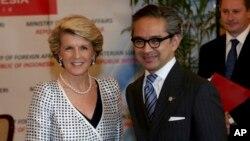 Menteri Luar Negeri Australia Julie Bishop bersama Menteri Luar Negeri Indonesia Marty Natalegawa di Jakarta (5/12). (AP/Tatan Syuflana)