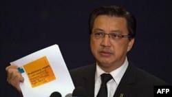 Bộ trưởng Giao thông Malaysia Liow Tiong Lai cầm bản báo cáo sơ bộ về chuyến bay Malaysia MH17 mà bị rơi ở miền đông Ukraine, ngày 9/9/2014.