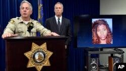 El alguacial del condado Clark, Joe Lombardo, habla durante una conferencia de prensa en la que mostró el retrato de la acusada en el arrollamiento de peatones en Las Vegas.