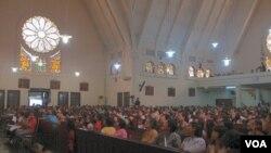 Jemaah memadati Gereja Santa Theresia di Jakarta untuk misa Paskah, Minggu (24/4).