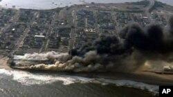 Lejos de ser controlado, el fuego cobró fuerza por la tarde, alimentado por las ráfagas de viento que golpean la zona.