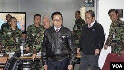 Presiden Korea Selatan Lee Myung-bak (tengah) tiba bersama Menteri Pertahanan Kim Tae-young (kedua dari kanan) di Seoul, untuk membahas tanggapan terhadap serangan artileri Korea Utara.