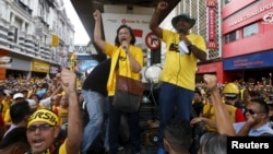 "FILE - Pro-democracy group ""Bersih"" (Clean) chairwoman Maria Chin Abdullah (C) rallies supporters as they prepare to march towards Dataran Merdeka in Malaysia's capital city of Kuala Lumpur, Aug. 29, 2015."