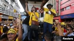"FILE - Pro-democracy group ""Bersih"" (Clean) chairwoman Maria Chin Abdullah (C) rallies supporters as they prepare to march towards Dataran Merdeka in Malaysia's capital city of Kuala Lumpur, Aug. 29, 2015."