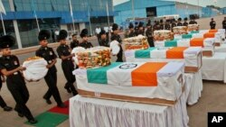 Tentara India memberi penghormatan kepada para kolega mereka yang tewas dalam sebuah upacara di Bandara Palam di New Delhi (7/8).
