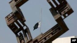 Bendera setengah tiang terlihat dipasang di atas gedung parlemen Pakistan, Sabtu (9/5), sebagai tanda berkabung atas tewasnya tujuh korban dalam kecelakaan helikopter di lembah Naltar, Pakistan utara (AP Photo/B.K. Bangash)