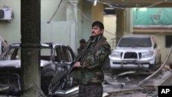 Anggota pasukan keamanan Afghanistan berjaga di depan Kedutaan Spanyol pasca serangan Taliban di Kabul (12/12).