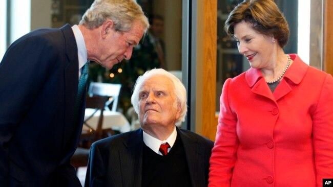 Junto al expresidente George W. Bush, y la primera dama, Laura Bush, en diciembre de 2010.2010.