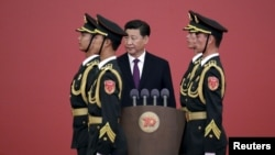 资料照:中国领导人习近平和解放军士兵在一个授勋仪式上。(2015年9月2日)