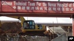 Đội xây dựng Trung Quốc làm việc tại công trường thi công một bệnh viện mới ở Navua, Fiji.