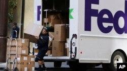 資料照:一名美國聯邦快遞的工作人員在紐約進行遞送工作。