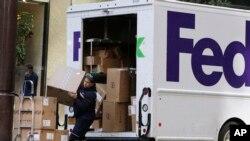 联邦快递的工作人员在寄送货物 (美联社照片)
