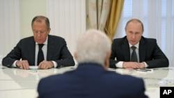 Cancilleres de Rusia y Siria reunidos con presidente ruso en Moscú, en junio. La creciente relación preocupa a Occidente.