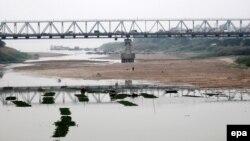 """Nhiều đoạn trên sông Hồng bị cạn nước vào năm 2009. Đề án """"thủy lộ xuyên Á trên sông Hồng kết hợp thủy điện"""" đang gây lo lắng về môi trường ở Việt Nam."""