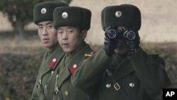 비무장 지대 북쪽에서 남쪽을 주시하는 북한 경비병들 (자료사진)