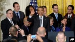 El presidente Barack Obama saluda al terminar su discurso sobre la reforma inmigratoria.
