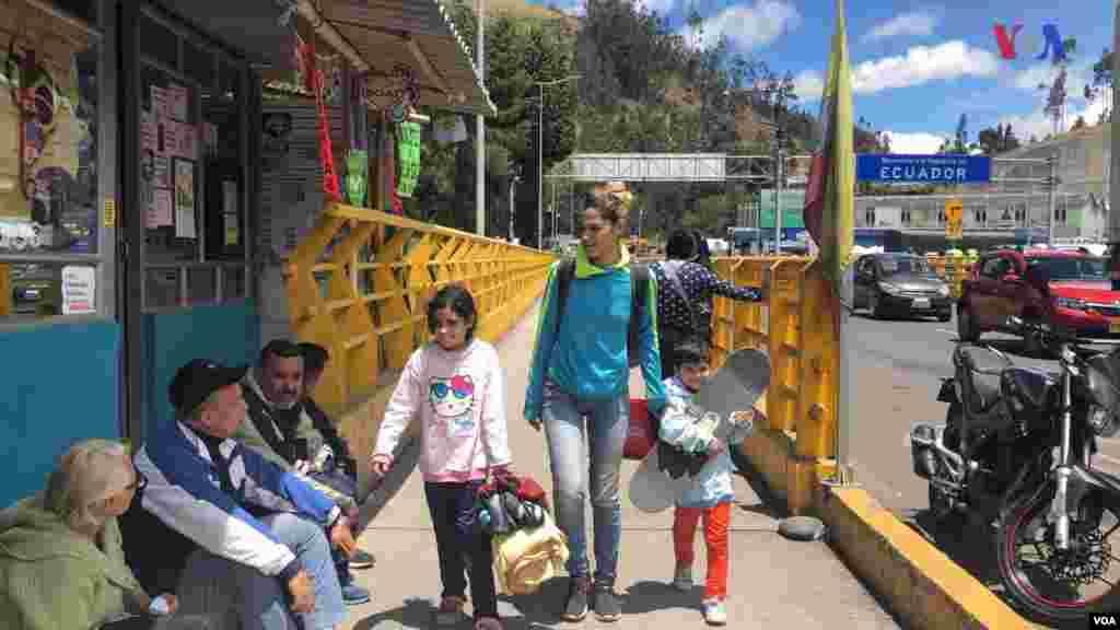 """Estefany Zavala cuenta que fue al llegar a Ecuador que empezó el mal trato. Además, indica que es muy difícil para los venezolanos obtener pasaporte. """"Llevo un año esperando por los pasaportes de los niños"""", indicó. (Foto: Alejandra Arredondo/VOA)"""