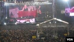 Empat personel Metallica membentangkan bendera merah putih bertuliskan Metallica-Solo Indonesia. (VOA/Andylala Waluyo)