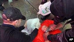 """Članovi organizacije """"World Can't Wait"""" inscenirali su simultano potapljanje na jednom od svojih prosvjeda"""