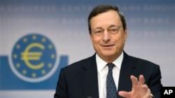 Gubernur Bank Sentral Eropa, Mario Draghi, berusaha menenangkan pasar usai pemilu Italia pekan lalu (foto: dok).