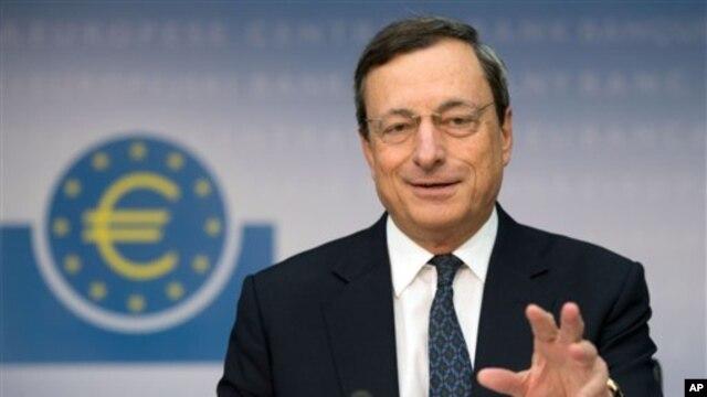 Kepala Bank Sentral Eropa, Mario Draghi, mengeluarkan pengumuman yang akan segera mengurangi tekanan keuangan pada negara-negara yang bermasalah di benua itu, menurunkan tingkat suku bunga sebagian utang mereka (foto: dok).