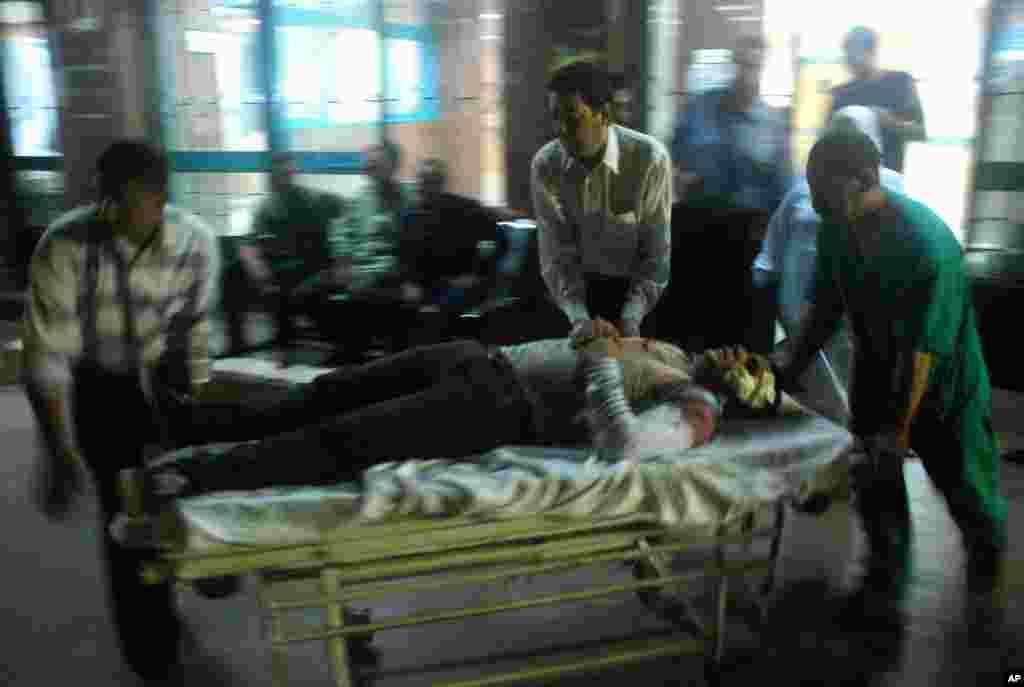 Korban ledakan bom di daerah Shubra el-Kheima di Kairo (20/8) tiba di rumah sakit (20/8).(AP/Mohamed Ashraf)