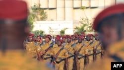 Des soldats burkinabè pendant une parade militaire, à Ouagadougou, le 4 janvier 2017.