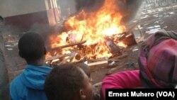 Des bâtiments ont été incendiés dimanche 18 septembre à Kavumu, à environ 30 kilomètres au nord de la ville de Bukavu. (VOA/NDSCI/Ernest Muhero)