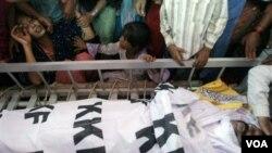 Keluarga korban tewas meratapi kematian anggota keluarganya akibat kekerasan politik di Karachi (8/7).