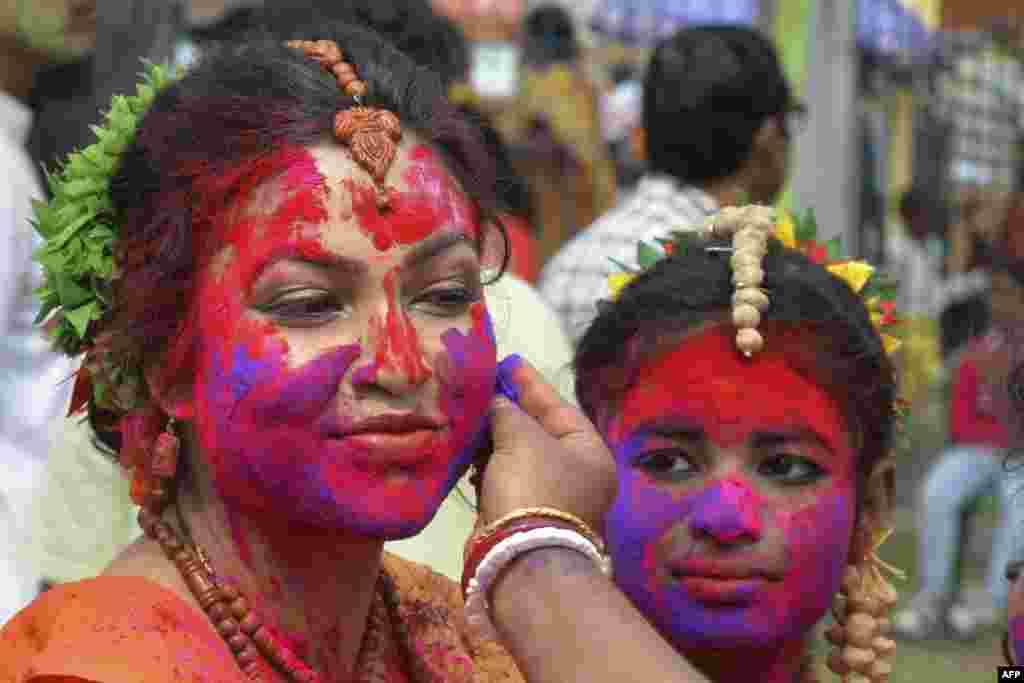 ہولی کے دن لوگ مختلف رنگوں کو پانی میں گھولتے اور پچکاری کی مدد سے ایک دوسرے پر پھینکتے ہیں جب کہ خشک رنگ بھی ایک دوسرے کے منہ پر لگایا جاتا ہے جسے 'گلال' کہا جاتا ہے۔