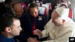 Francisco se ofreció a casarlos en pleno vuelo a bordo del Airbus 321 de la aerolínea LATAM. Ellos estuvieron de acuerdo y el jefe ejecutivo de la aerolínea sirvió como testigo.