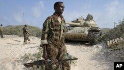 Tentara Somalia bersama pasukan Uni Afrika berhasil mengusir militan al-Shabab dari kubu pertahanan mereka di Kismayo (foto: dok).