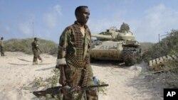 Binh sĩ chính phủ Somalia tại cảng El-Ma'an, vài giờ sau khi quân đội Somali và Liên minh châu Phi bị đánh bật phiến quân al-Shabab ra khỏi khu vực