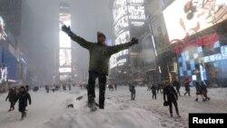 미국 뉴욕시에서 23일 폭설로 차량 운행이 통제된 가운데, 타임스퀘어에 시민들이 나와있다.