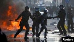 2015年3月18日德国防暴警察欧洲央行总部外与示威者发生冲突
