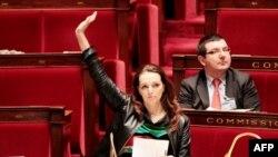 Ermani soykırımını inkar yasasını sunan Marsilya milletvekili Valerie Boyer