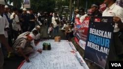 印尼数以百计的穆斯林星期五(12月21日)在中国驻雅加达大使馆外举行抗议中国大规模关押维吾尔穆斯林。
