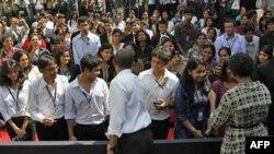 Tổng thống Obama và Ðệ nhất Phu nhân Michelle Obama trong buổi gặp gỡ các sinh viên Ấn Ðộ tại Mumbai