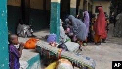 گروهی از غیرنظامیان نیجریه که در پی حملات شورشیان بوکو حرام آواره شده اند در یک مدرسه در شهر مایدوگوری اسکان یافته اند.