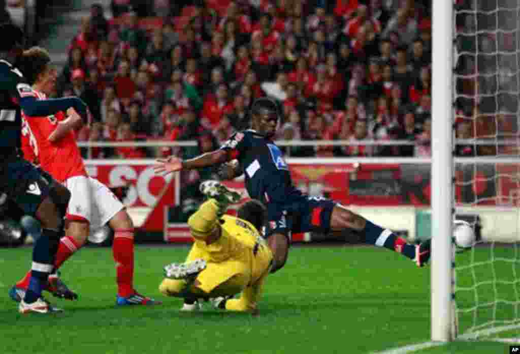 Braga's Elderson Echiejile, from Nigeria, right, scores a goal past Benfica's goalkeeper Artur, from Brazil, during their Portuguese league soccer match Saturday, March 31 2012, at Benfica's Luz stadium in Lisbon. (AP Photo/Armando Franca)