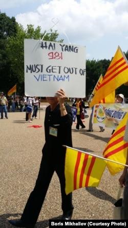Người Việt chống Trung Quốc trong một cuộc biểu tình trước Tòa Bạch Ốc.