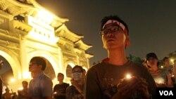 Para aktivis di Taiwan ikut mengenang korban tragedi Tiananmen di ibukota Taipei, 4 Juni 2011.