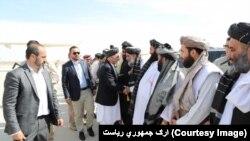 صدر اشرف غنی منگل کو قندھار کے دورے کے دوران عمائدین سے مل رہے ہیں۔