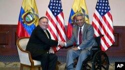 El secretario de Estado de EE.UU. Mike Pompeo, izquierda, y el presidente ecuatoriano Lenin Moreno posan para una foto en Guayaquil, Ecuador, el sábado 20 de julio de 2019. Pompeo realiza una gira por naciones de América del Sur y Centroamérica