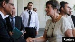 24일 시리아 다마스쿠스를 방문한 유엔 전문가 안젤라 케인(오른쪽) 시리아 당국자들의 환영을 받고 있다.