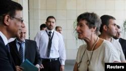 Seorang karyawan PBB menyambut Angela Kane (depan kanan), pimpinan perlucutan senjata PBB setibanya di Damaskus (24/7).